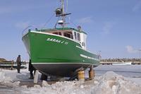 セントローレンス湾に浮かぶ流氷に閉ざされたマドレーヌ島の漁港