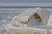 カナダ マドレーヌ島の雪と氷に覆われた海岸の家