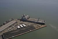 ダウンタウン近くのピアに停泊する車両貨物輸送艦