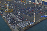 自動車運搬船でオークランド港に運ばれた各種車