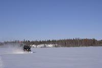 雪の上を疾走する雪上車