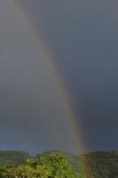 虹と雨 32171003158  写真素材・ストックフォト・画像・イラスト素材 アマナイメージズ