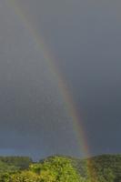 虹と雨 32171003160  写真素材・ストックフォト・画像・イラスト素材 アマナイメージズ