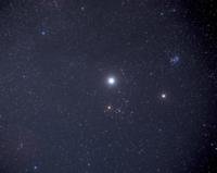 おうし座方向の木星(中央)と土星 32176000168| 写真素材・ストックフォト・画像・イラスト素材|アマナイメージズ