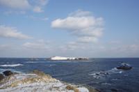 最北限の地スコトン岬は青い海と沖に海馬島が見える 32194000038| 写真素材・ストックフォト・画像・イラスト素材|アマナイメージズ