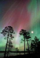 オーロラと月 32236001759| 写真素材・ストックフォト・画像・イラスト素材|アマナイメージズ