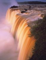 朝日に照らされるイグアスの滝