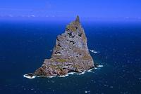 ボールズ・ピラミッド 火山岩でできた島 高さ562m