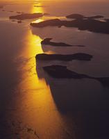 夕暮れのタルボット湾の島々 空撮 32240003020| 写真素材・ストックフォト・画像・イラスト素材|アマナイメージズ