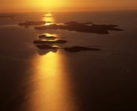 夕暮れのタルボット湾の島々 空撮 32240003021| 写真素材・ストックフォト・画像・イラスト素材|アマナイメージズ