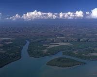 キングサウンド マングローブの川と丘 空撮 32240003028| 写真素材・ストックフォト・画像・イラスト素材|アマナイメージズ