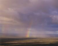 南極海の方向に降る雨とかかる虹