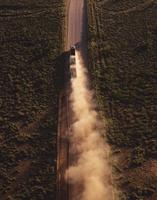鉄鉱石を運ぶ連結トレーラー 空撮