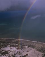 南極海にかかる雨雲と虹