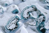 青い湖に浮かぶ氷