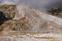 マンモス・ホットスプリングスの温泉成分が層状にたまってカラフ