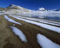 一部凍ったブルーレイクの汀に残る雪