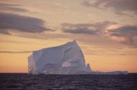 夕暮れのラブラドール海流に浮かぶ氷山