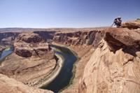 Photogarpher at the Horseshoe bend overlook, the Colorado Ri 32259006664| 写真素材・ストックフォト・画像・イラスト素材|アマナイメージズ
