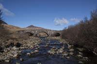 Bridge over the Corran River with one of the Paps of Jura be 32259008476| 写真素材・ストックフォト・画像・イラスト素材|アマナイメージズ