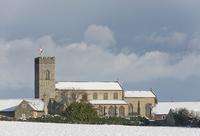 雪に覆われた村と教会の風景
