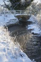 川と雪の風景