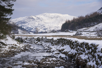 雪の高地を流れる川
