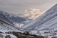 雪の高地からブラザーズウォーターを臨む