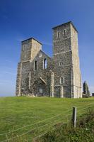 12世紀の教会の廃墟と海岸の風景