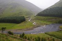 靄のかかった山と川の風景