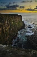 海を臨む断崖の風景 夕暮れ