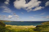 海に浮かぶ小島を臨む風景