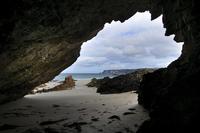岩の洞窟から海を眺める 32259009142| 写真素材・ストックフォト・画像・イラスト素材|アマナイメージズ