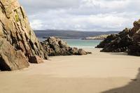 砂の海岸を取り囲む岩 32259009143| 写真素材・ストックフォト・画像・イラスト素材|アマナイメージズ