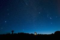 オリオン座を観察する人々 32268000100| 写真素材・ストックフォト・画像・イラスト素材|アマナイメージズ