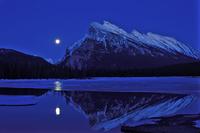 秋分の日に昇る満月  32268000181| 写真素材・ストックフォト・画像・イラスト素材|アマナイメージズ