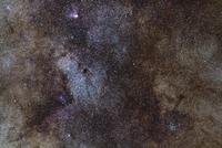 射手座の小星雲 M24、白鳥座 M17、散開星団 M23 32268000200| 写真素材・ストックフォト・画像・イラスト素材|アマナイメージズ