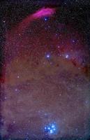 牡牛座のプレアデス星団とペルセウス座のカリフォルニア星雲 NGC 1499 32268000206| 写真素材・ストックフォト・画像・イラスト素材|アマナイメージズ