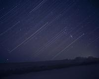 昇るオリオン座と光跡