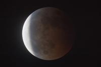 欠ける皆既月食 32268000240| 写真素材・ストックフォト・画像・イラスト素材|アマナイメージズ