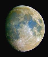 満ちる月 青い部分はチタン鉱物が豊富であると言われている