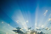 雲の間から差す太陽の光 32268000928| 写真素材・ストックフォト・画像・イラスト素材|アマナイメージズ