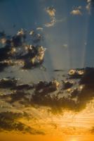 雲の間から差す太陽の光 32268000929| 写真素材・ストックフォト・画像・イラスト素材|アマナイメージズ
