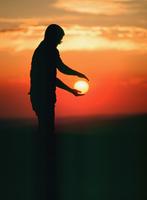 太陽を手にする人のシルエット 32268000990| 写真素材・ストックフォト・画像・イラスト素材|アマナイメージズ