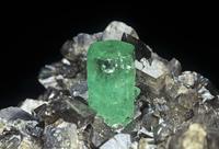 方解石の中のエメラルド結晶