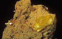 リモナイト(褐鉄鉱)の中のレグランド石の結晶