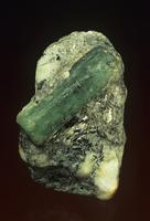 片岩の中のベリル エメラルド
