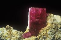 流紋岩の中のベリルの結晶