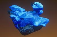 ベニトアイト 蛍光鉱物 紫外線を当てて撮影
