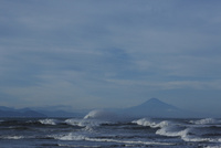 荒波と富士山 32276000513  写真素材・ストックフォト・画像・イラスト素材 アマナイメージズ